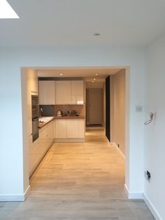 Howdens white gloss handless units with solid full stave rustic oak worktops. Off white wood effect porcelain floor tiles. Big Kitchen, Open Plan Kitchen, Kitchen Design, Howdens Kitchens, Home Kitchens, Grey Gloss Kitchen, Oak Worktops, Kitchen Diner Extension, Painting Kitchen Cabinets