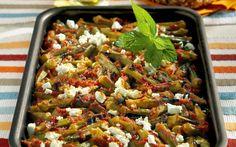 Τις έχουμε συνηθίσει μαγειρευτές, όμως στο φούρνο κρατάνε το σχήμα τους, δεν «σαλιώνουν», ενώ αποκτούν και τη βαθιά νοστιμιά του ψητού. Η ενσωμάτωση της φέτας προσθέτει μία ακόμη γευστική διάσταση στο καθημερινό αλλά γκουρμέ αυτό φαγητό της Νένας Ισμυρνόγλου.