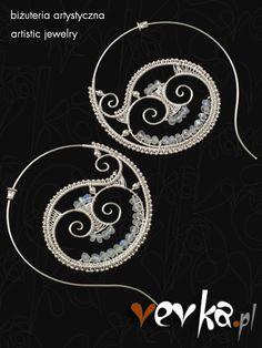 Delikatne i romantyczne kolczyki od podstaw ręcznie wykonane ze srebra prób 999 i 925 oraz fasetowanych oponek kamienia księżycowego.
