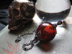 Witch Ball in Gunmetal and Blood Red. Wee di feralstrumpet su Etsy