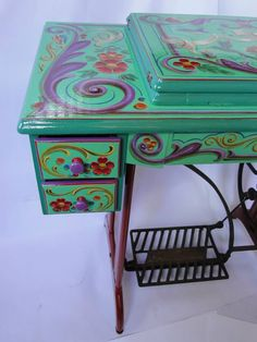 Silvia Dota ~ Sewing machine Whimsical Painted Furniture, Bohemian Furniture, Painted Chairs, Chalk Paint Furniture, Hand Painted Furniture, Upcycled Furniture, Sewing Machine Tables, Antique Sewing Machines, Diy Arts And Crafts