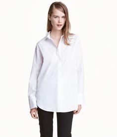 Vit. PREMIUM QUALITY. En långärmad skjorta i luftig, vävd premium cotton. Skjortan har lätt nedhasade axlar och vid passform. Manschett samt knäppning vid