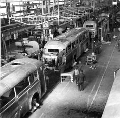 Hazánkban szinte mindenki tudja azt, hogy az Ikarus nemcsak tízezresével ontotta magából az autóbuszokat, de igen sok olyan fejlesztést és világszabadalmat is köszönhetünk a tíz éve bezárt gyártónak, amelyek gyökeresen változtatták meg a világ buszgyártását. E szomorú évforduló alkalmából… Assembly Line, Bus Coach, Commercial Vehicle, Old Cars, Transportation, Automobile, Retro, Vehicles, Car Stuff
