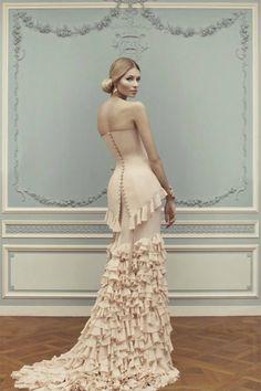 Gonne lunghe, bustier e pizzi. Ulyana Sergeenko strega Parigi. con bustni, arruffati e sexy abiti con la schiena scoperta dai colori tenui.