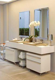 Armários no banheiro Bathroom Furniture, Bathroom Interior, Bathroom Storage, Small Bathroom, Bathroom Design Inspiration, Modern Bathroom Design, Thai House, Interior Design Studio, Simple House