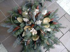 dušičková vazba - Hledat Googlem Xmas Wreaths, Autumn Wreaths, Christmas Flowers, Christmas Decorations, Holiday Decor, Cemetery Decorations, Fall Arrangements, Diy Wreath, Ikebana