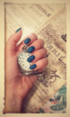Nail art, montre, vintage, affiche, rétro, Paris, journal, wonderland, ongles Lyon; bleu canard, vernis bleu canard, pose de gel Lyon, vernis semi-permanent, top coat, NSI gel polish...