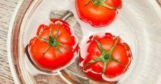 La plupart des cuisiniers s'accordent à dire que les tomates, c'est quand même meilleur une fois qu'on leur a ôté la peau. Une bonne façon d'y parvenir, c'est de les « monder » : les plonger dans l'eau bouillante pour que la peau s'en détache plus facilement. Pour ce faire, pas besoin de grand chose : il suffit de placer une tomate dans un bol, la couvrir d'eau, et la mettre une minute au micro-ondes à pleine puissance !
