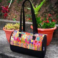 Queremos compartir con el mundo la belleza de nuestros tejidos, elaborados por mujeres de la región de Alta Verapaz. BolsoTipicoWeasley. Elaborado en Güipil de lustrina entera... #weasleyguatemala  #bolsosweasley #madeinguatemela #hechoencobán #hechoenguatemala  #artesanias  #hechoamano #bolsas