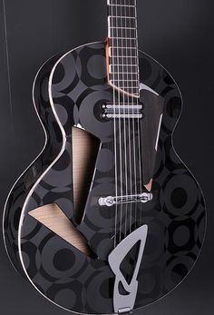 Une nouvelle création du luthier français Alquier. Retrouvez des cours de #guitare d'un genre nouveau sur https://www.MyMusicTeacher.fr