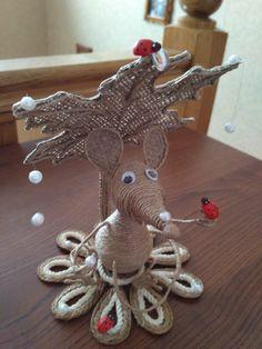 МЫШОНОК ИЗ ШПАГАТА Jute Crafts, Diy And Crafts, Arts And Crafts, Burlap Owl, Burlap Wreath, Deco, Bobbin Lacemaking, Origami Paper, Bottle Crafts
