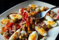 Esta ensalada de pimientos asados, huevo duro y aceitunas es una muestra clara de que las ensaladas no son solo lechuga y tomate. La receta es del blog COCINERA Y MADRE.