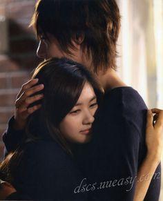 """Ha Ni: """"Nunca imaginé que te gustaría"""". Seung Jo: """"Tampoco Yo""""- ella se gira y lo abraza fuertemente, mientras él acaricia su cabello- """"Me gustas. Me gustas mucho"""". Todo este dulce momento está siendo atestiguado por la madre y el hermano de Seung Jo, la cual incluso les toma fotografías. - Playful Kiss, Episodio 14"""