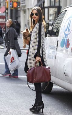 Miranda Kerr Photos - Australian model Miranda Kerr is spotted out and about in New York City with her Yorkshire terrier Frankie. - Miranda Kerr and Dog Spotted in NYC Looks Chic, Looks Style, Style Miranda Kerr, Mode Lookbook, Look Fashion, Womens Fashion, Fashion Shoes, Girl Fashion, Classic Fashion