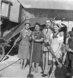 """Fascismo - Battaglia del Grano - Azienda Agricola Bianchini in via Brescia - Farinacci con le """"Massaie Rurali"""""""