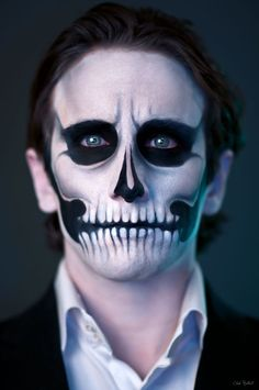 We are giving you some Easy Halloween face painting ideas for adults so you can try it once at home before going for a Halloween party.The face painting giv Easy Skeleton Makeup, Skeleton Face Paint, Skull Face Paint, Easy Halloween Face Painting, Halloween Makeup Looks, Halloween Kostüm, Male Halloween Costumes, Vintage Halloween, Costume Makeup