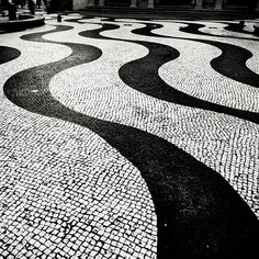 Brazil, Rio de Janeiro - Portuguese Pavement (calçada) - by architect Burle Marx. Mosaic Design, Mosaic Art, Mosaics, Floor Patterns, Textures Patterns, Pavement Design, Paving Pattern, Paving Design, Landscape Architecture Design
