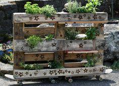 Ogrodowe meble z palet. Zobacz więcej na: https://www.homify.pl/katalogi-inspiracji/177412/top-10-modne-meble-ogrodowe-z-recyklingu
