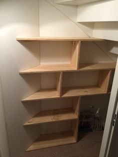 Heb je geen kelder maar wel een ruimte onder je trap?? maak een trapkast zo heb je nog wat opbergruimte :)