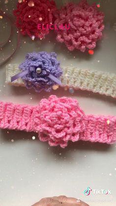 Bandeau Crochet, Crochet Headband Free, Crochet Hair Bows, Crochet Flower Headbands, Crochet Flower Tutorial, Crochet Flowers, Crochet Crafts, Crochet Projects, Crochet Motif