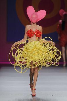40 Ridiculously bizarre runway fashion seems created by drunken designers . - 40 Ridiculously bizarre runway fashion seems to be created by drunken designers – Ridiculously bi - Fashion Weeks, Fashion Fail, Weird Fashion, High Fashion, Fashion Show, Fashion Outfits, Style Fashion, Runway Fashion Looks, Doja Cat