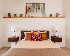 A prateleira sobre a cama é uma ótima ideia para aqueles quartos sem cabeceiras. Além de decorar, elas organizam as miudezas!