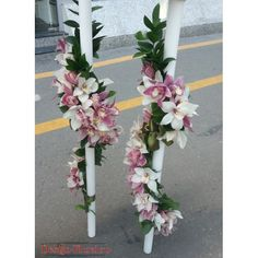 Lumanari de nunta ghirlanda realizate din orhidee Cymbidium alba si lila. Ghirlanda este realizata din Ruscus, aranjamentul floral este compact, bogat si este finisata cu panglicute din satin. Pretul afisat este calculat pentru o pereche (2 bucati)! Purple Wedding, Wedding Flowers, Wedding Dresses, Palm Sunday, Wedding Pins, Scented Candles, Ladder Decor, Floral Wreath, Bouquet