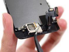 4. Bruk en pinsett og flytt braketten til venstre for å løsne den.
