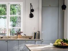 Kök inget kakel utan bara målad vägg och stänkkant i samma material som bänkskivan. Kitchen Interior, Interior Design Living Room, Kitchen Utilities, Italian Home, Kitchen Stories, Modern Kitchen Design, Interior Styling, Interior Inspiration, Home Kitchens