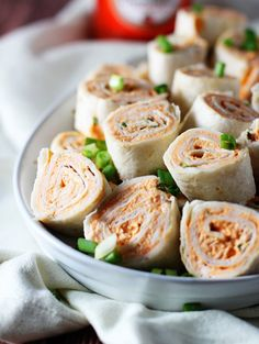 Buffalo chicken pinwheels = the best game day snack. Buffalo Chicken Roll Up, Buffalo Chicken Pinwheels, Chicken Roll Ups, Chicken Wraps, Cooking Chicken To Shred, How To Cook Chicken, Cooked Chicken, Crepe Sale, Tapas