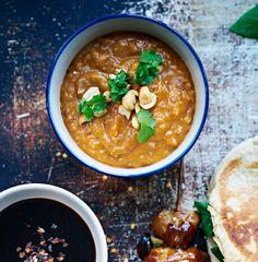 Asiatisk jordnötssås som brukar serveras till kycklingspett - ett gott recept hittar du här.