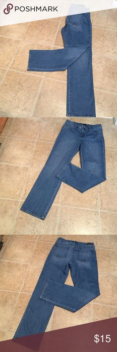 Lee classic 12M Lee classic in excellent condition. Size 12 M. Inseam 30 1/2. Medium wash. Straight leg. 81% cotton 18% polyester 1% spandex Lee Jeans Straight Leg