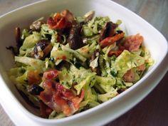 frokostsalat, kålsalat, salat, spidskål, champignons, bacon, svinekød, pesto, ramsløgspesto, olivenolie, ramsløg, peanuts