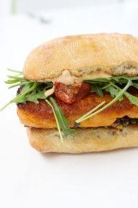 Vegetarische hamburger met zoete aardappel en olijventapenade