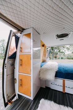 van home layout 701576448189282147 - A retro van from the has been transformed into a radiator house on wheels, Source by worldtourwithvan Bus Living, Tiny House Living, Camper Life, Diy Camper, Campers, Vw Camper Bus, Van Life, Vw Lt 28, Converted Vans