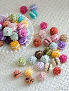 Amigurumi-Makronen - Basteln - Leads For Amigurumi Crochet Cake, Crochet Food, Crochet Crafts, Yarn Crafts, Sewing Crafts, Crochet Disney, Kawaii Crochet, Crochet Patterns Amigurumi, Crochet Dolls