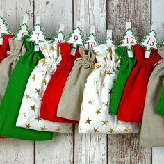 """All-Inclusive Adventskalender """"Xmas Colors"""". Rot, Grün, Leinen und glitzernde Goldsterne - schön wie ein geschmückter Christbaum."""