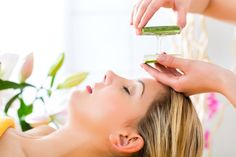 How to Support Your Skin: Does Aloe Really Help Acne? ~ Aloe plants contain over 200 nutrients, making them natural treasures that aid with a range of the body's functions - from acne and skincare to digestion. Aloe Vera For Skin, Aloe Vera Skin Care, Aloe Vera Face Mask, Best Beauty Tips, Beauty Hacks, Beauty Care, Aloe Vera Piel, Pimple Marks, Dark Circle Remedies
