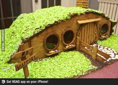 Ohhhh my gosh!! This is right up my alley! So cool! Gingerbread hobbit-hole... look Lauren Harvey!!!