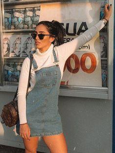 10 inspirações de looks para o dia dos Namorados. Suéter banco de gola alta, jardineira jeans, sobreposição,