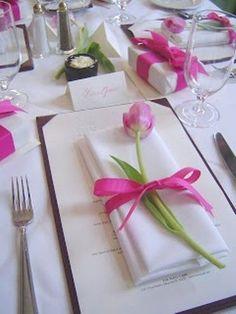 Bloemen doen het altijd goed als decoratie op je feesttafel. Hier volgen 10 manieren waarop je bloemen kan gebruiken om je feesttafel mee te versieren!