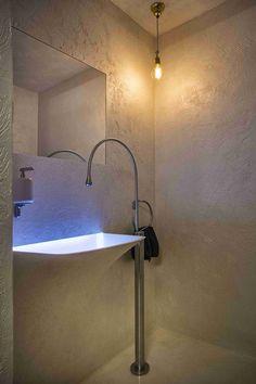 Immobilien Sader Brixen (I),  Gästebad, Goccia Waschtischmischer freistehend mit Strappo Halbeinbauwaschtisch beleuchtet - herrlich ! Gestaltet von den Asaggio Architekten in Brixen