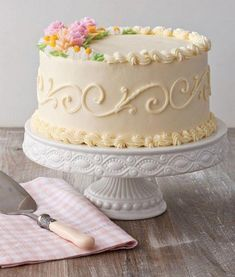 Wedding Cake Recipes Crescent Floral - Yellow or chocolate cake with white buttercream icing, with floral Mini Cakes, Cupcake Cakes, Cake Piping, White Buttercream, Buttercream Cake Designs, Apple Smoothies, Salty Cake, Pesto Pasta, Cake Tins