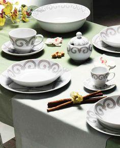 Eleganti Piatti Piani in porcellana bianca impreziositi da delicate ...