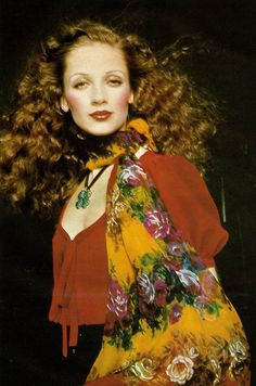 1977 - Yves Saint Laurent Rive Gauche, ELLE France - March 14 1977 She looks like a Klimt painting! 80s Fashion Party, 70s Fashion, Fashion History, Vintage Fashion, Fashion Ideas, Yves Saint Laurent, Saint Laurent Rive Gauche, Saint Yves, Christian Dior