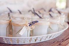 Ideas de velas DIY para regalar a los invitados de una boda. Un regalo diferente y resultón, que seguro gustará a todo el mundo.