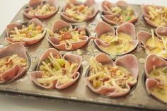 Omelet Cups ADAPT by using smoked turkey and eliminating dairy (and bacon!) Great chol hamoed breakfast for a crowd! paleo dessert for a crowd Omelette Muffins, Egg Omelet, Breakfast For A Crowd, Breakfast Buffet, Bacon Breakfast, Breakfast Omelette, Brunch Recipes, Breakfast Recipes, Ham And Eggs