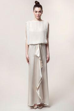 CATIN: traje de novia de dos piezas. Cuerpo ablusado con manga murciélago y falda con godet delantero y pequeño arrastre en el centro de la espalda