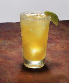 Voilà, ça y est, nous sommes victimes de la cocktail-mania ! Nos soirées se transforment en concours du plus joli verre, du plus savoureux, du plus coloré... Des classiques cocktails avec du rhum, de la vodka, du gin, avec des fruits, des épices, des herbes, aux plus originaux avec des alcools plus singuliers (cointreau, bénédictine...), on rivalise d'originalité une fois qu'on a maîtrisé les grands incontournables.  Alors à votre tour, bluffez vos invités, et concoctez-leur de délicieuses…