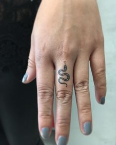 Snake Tattoos: Was bedeuten sie + 50 HQ Snake Tattoo Pictures - Beste Tattoo Ideen Small Snake Tattoo, Small Finger Tattoos, Finger Tattoo Designs, Finger Tats, Finger Finger, Side Of Finger Tattoo, Snake Ankle Tattoo, Finger Tattoo For Women, Small Tats